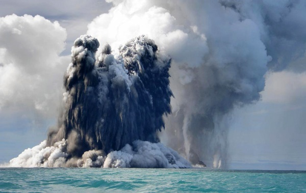 O fato de a maioria das atividades vulcâncias acontecerem debaixo d'água, não significa que elas podem nos atingir, algumas atividades vulcânicas são tão fortes que fumaça, cinzas e até mesmo larvas saem das águas.